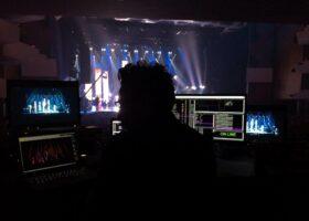 L'équipe de TURBINE finit les derniers ajustements des projections sur scène en prévision du Gala de l'ADISQ 2015.